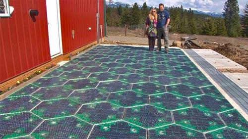 پنل خورشیدی در جاده